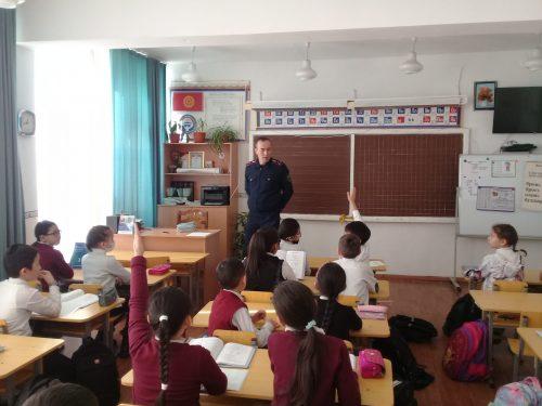 В феврале месяце инспектор УПСМ по ГУВД г.Бишкек старший лейтенант Таштанов Б. А провел беседу с учащимися начальной школы о безопасности дорожного движения.